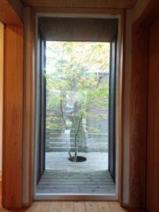 玄関入り、真正面 紅葉が美しい