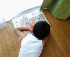 絵本を読みながらうたた寝