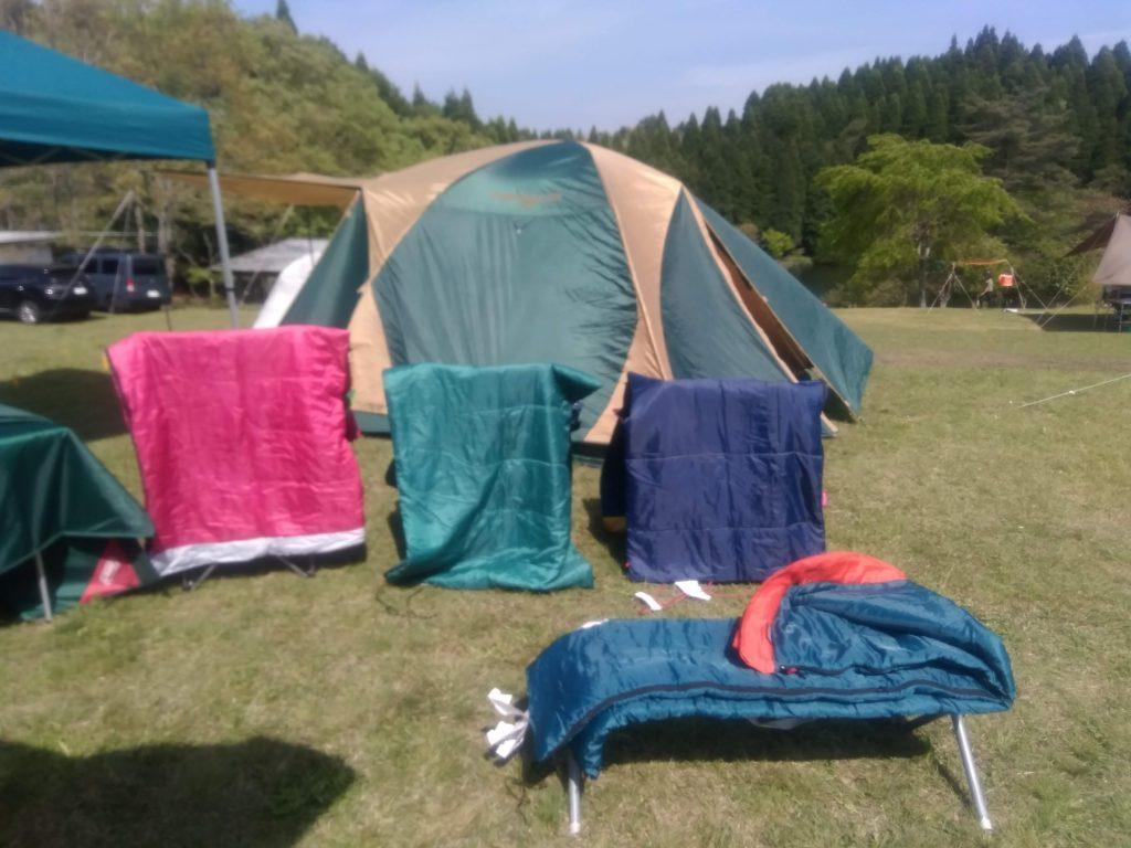 キャンプ場で寝袋干し