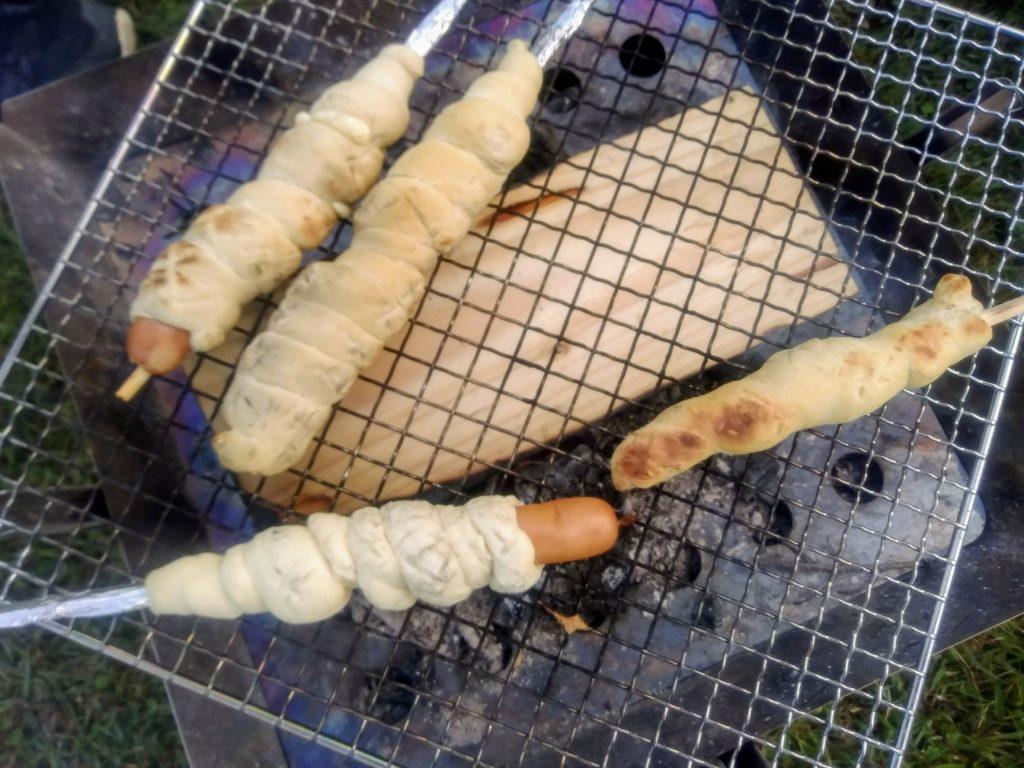 キャンプ場でパンを焼く